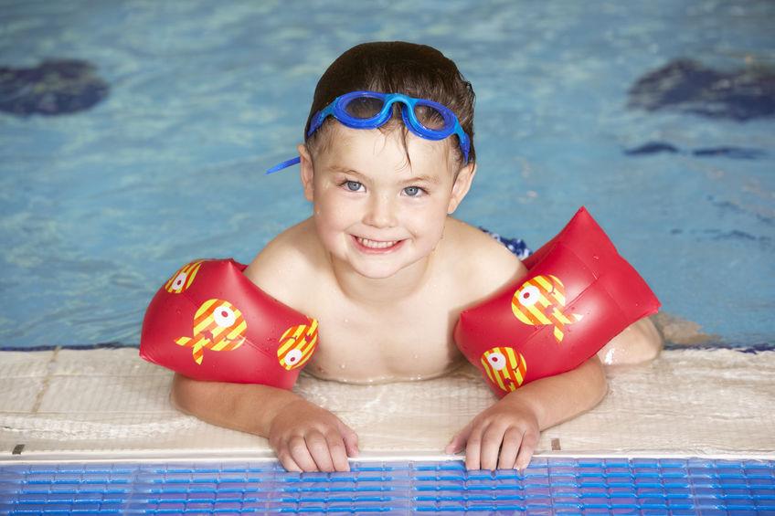 Giovane ragazzo in piscina