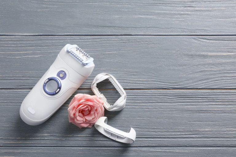 Un depilatore e un fiore