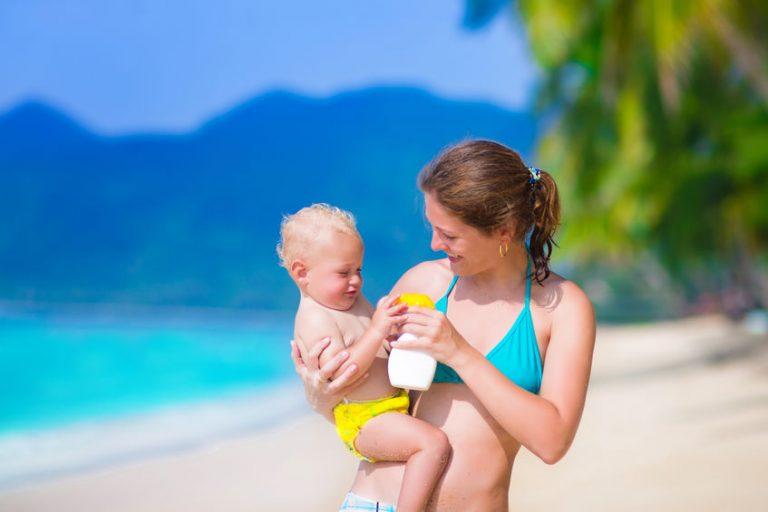 Donna con bambino e crema solare