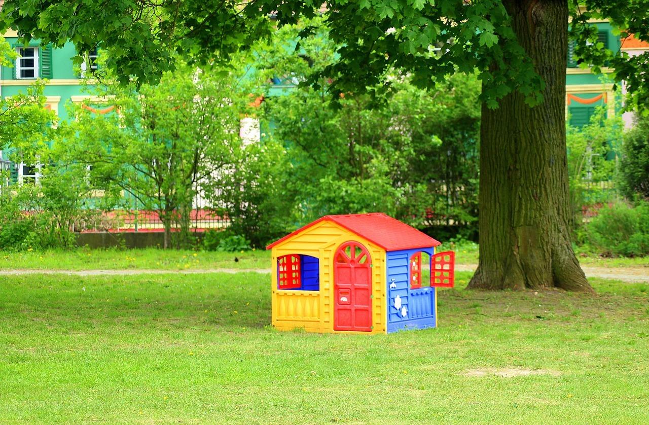 casa de jardin frente a arbol