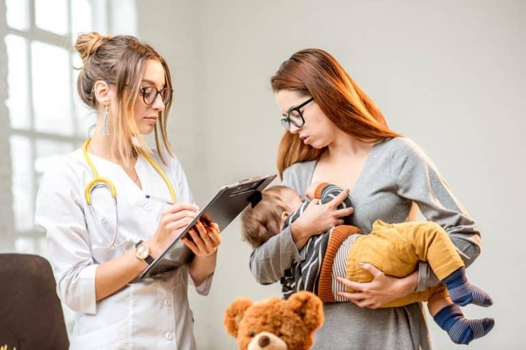 Donna con neonato dalla pediatra