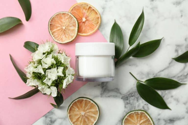 Vasetto di crema circondato da cose naturali