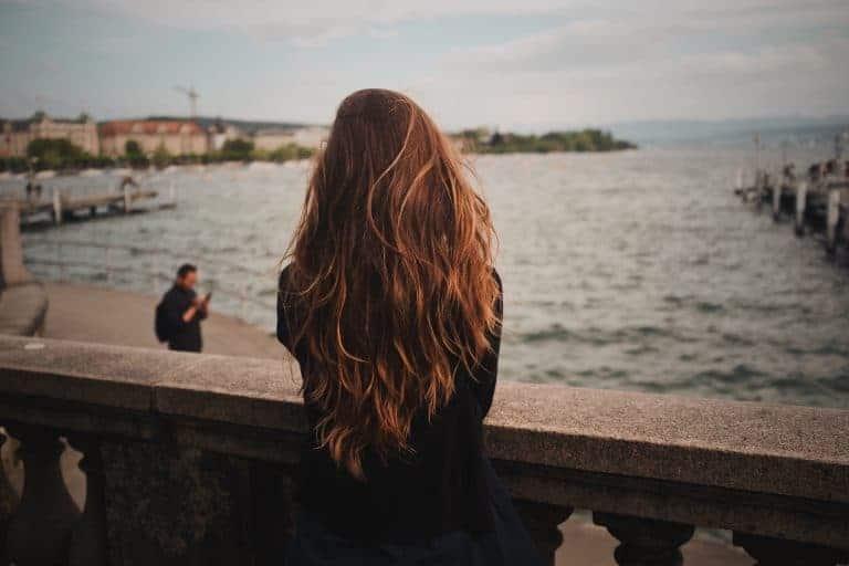 Donna con capelli lunghi di spalle