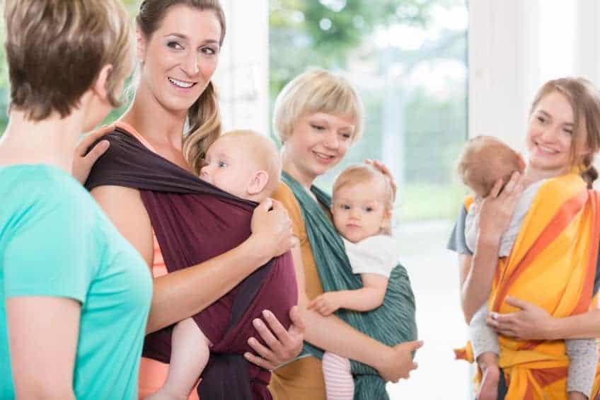 Mamme con fascia porta bebè
