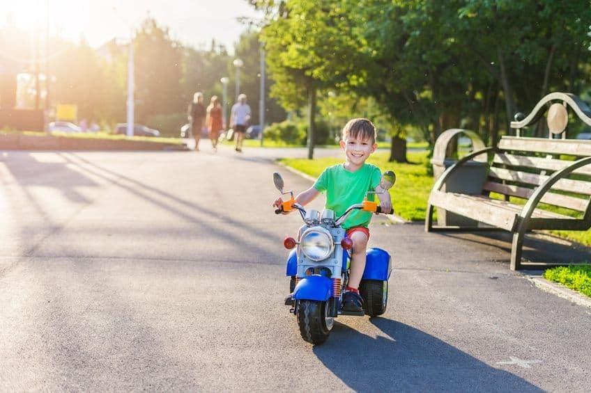 Bambino su una moto