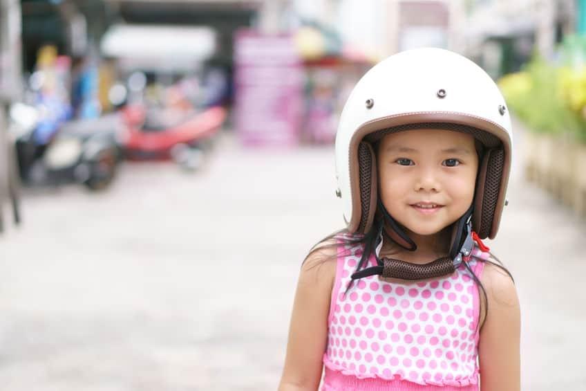 Bambina con casco