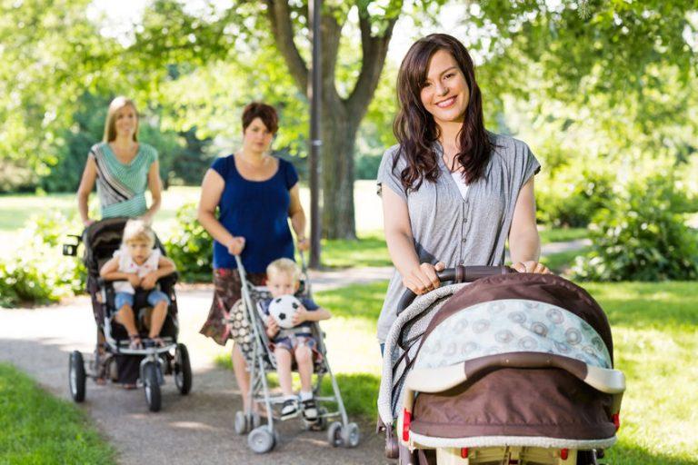 Donna con passeggino al parco
