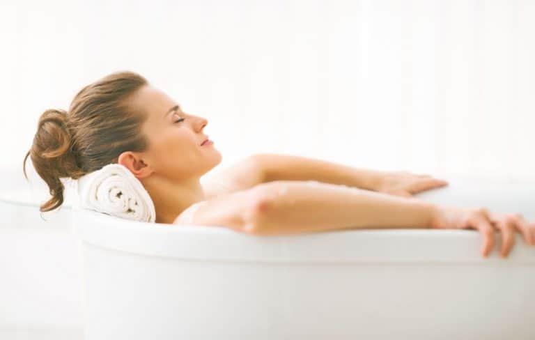 Donna che si rilassa nella vasca