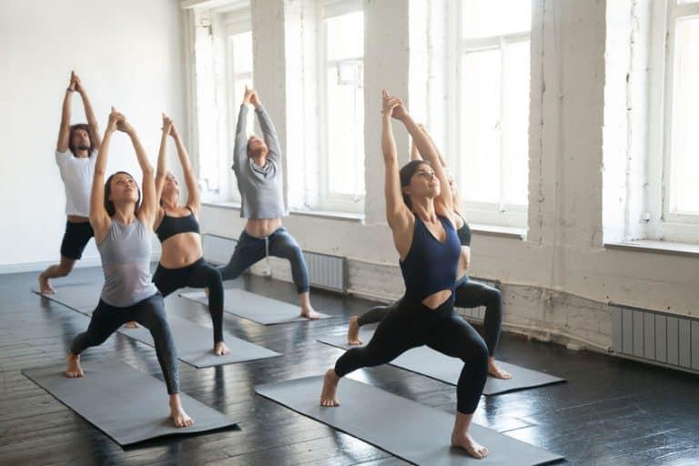 Un gruppo di persone praticando yoga