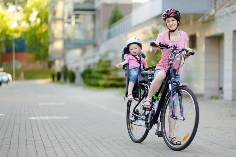 Mamma e bimba in bicicletta