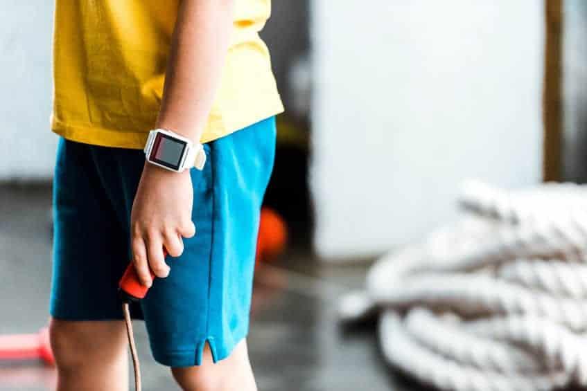 Smartwatch al polso di un bambino