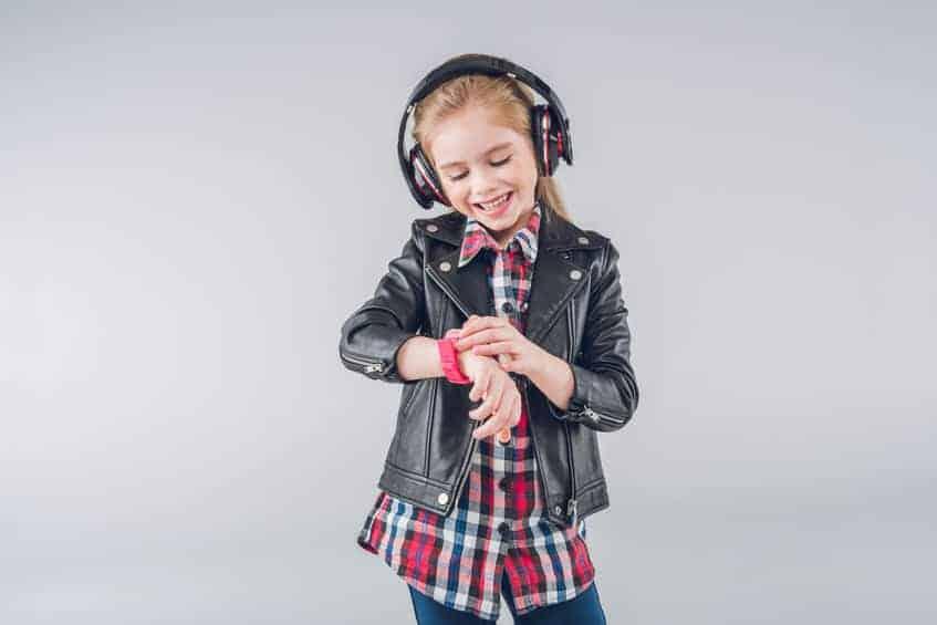 Una bambina che indossa uno smartwatch