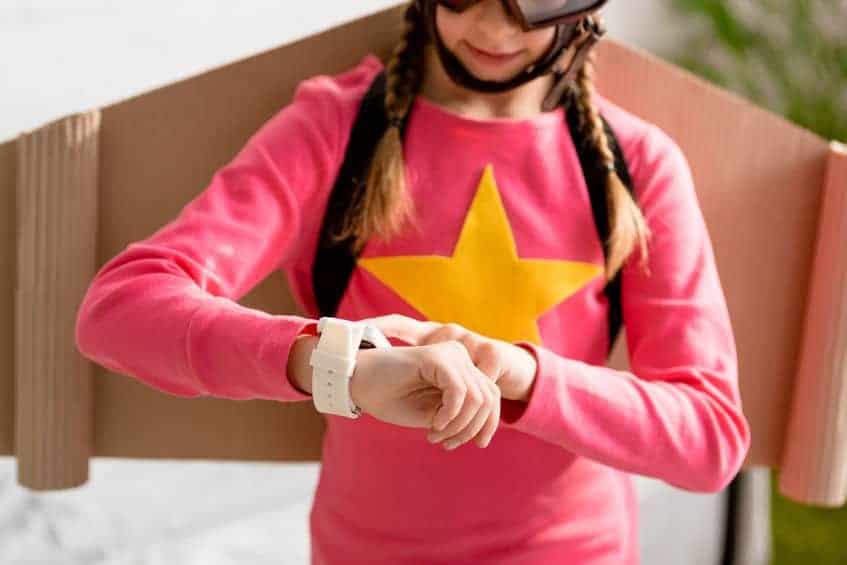 Bambina che guarda lo smartwatch