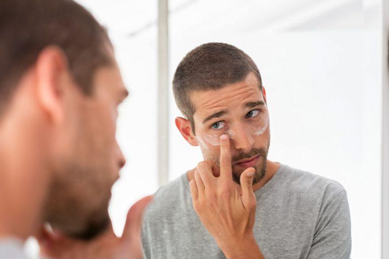 Uomo davanti allo specchio