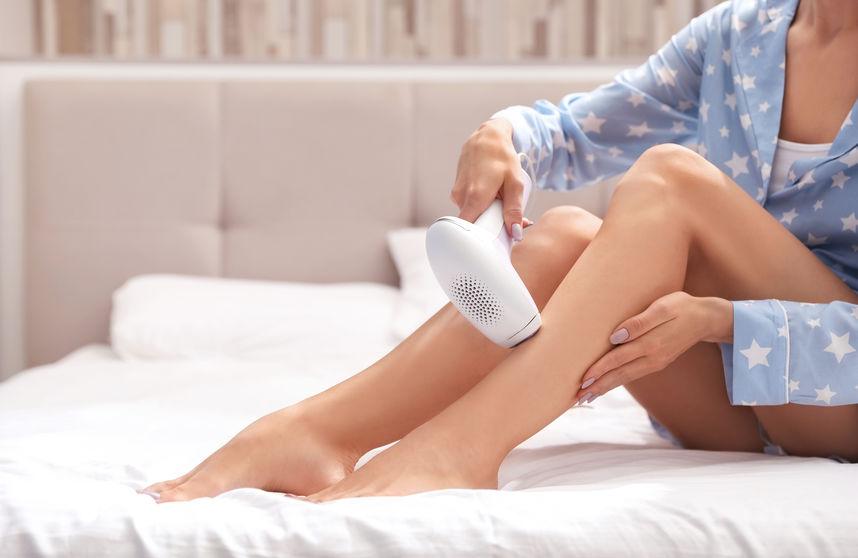 Donna che usa un epilatore sulle gambe