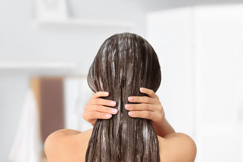 Donna con maschera sui capelli