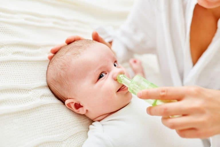 Neonato con aspiratore nasale