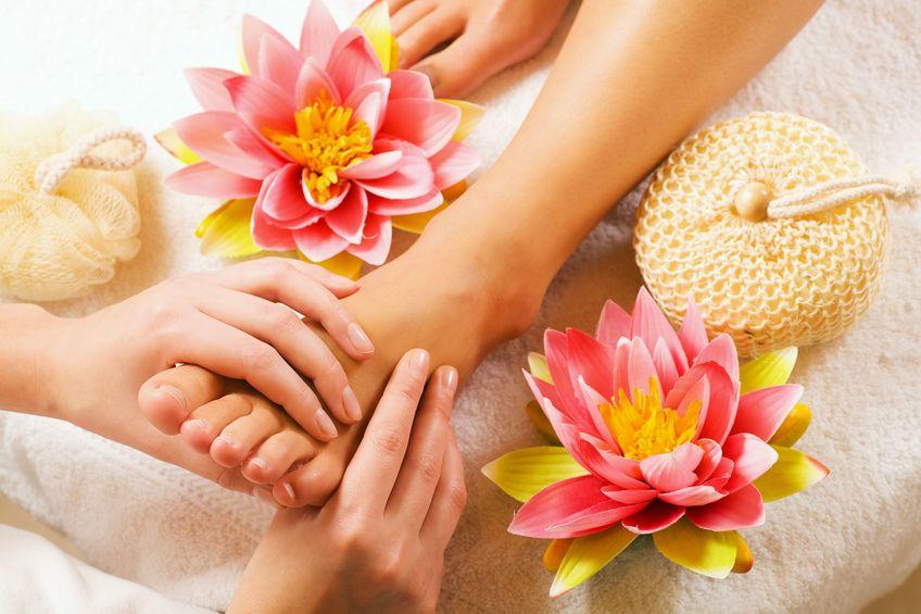 donna che gode di un massaggio ai piedi in una spa (vicino ai piedi)
