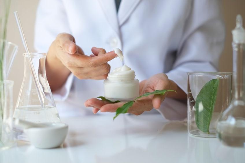 lo scienziato, dermatologo che verifica il prodotto naturale biologico