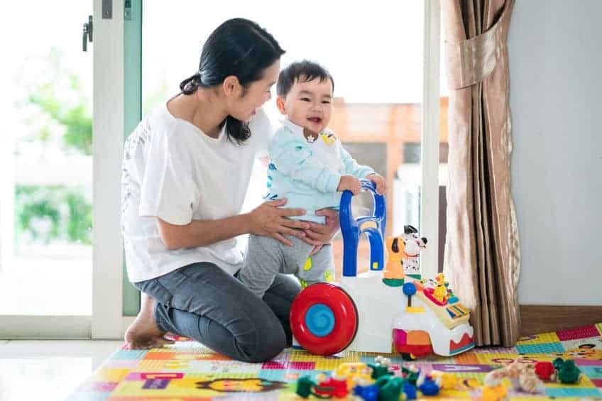 Mamma con bambino su gioco primi passi