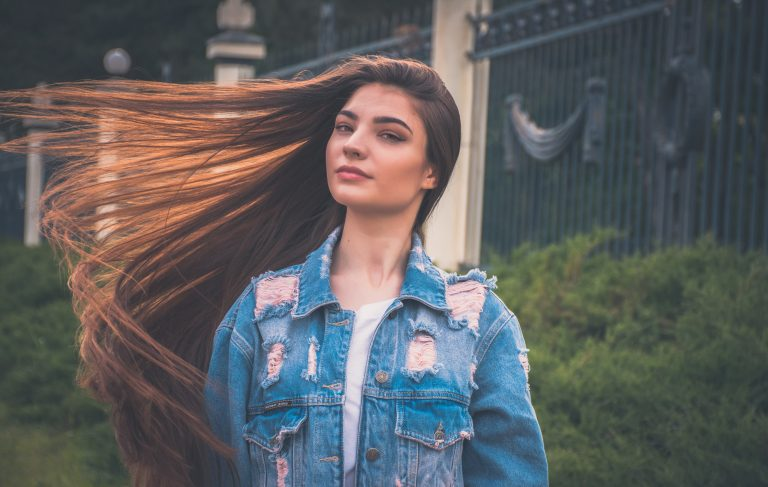 Donna con capelli molto lunghi
