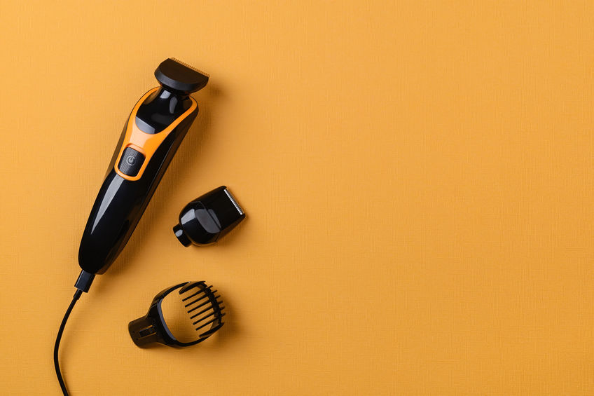 Tagliacapelli su sfondo arancione