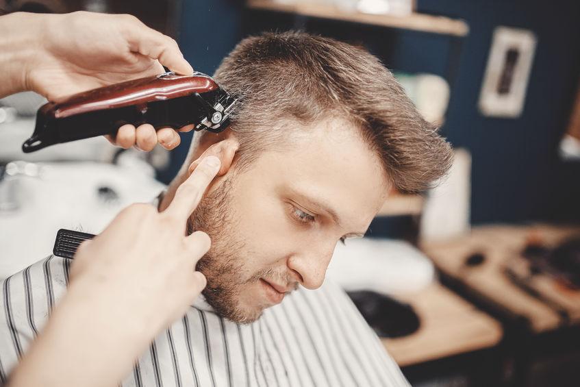 Barbiere che taglia i capelli