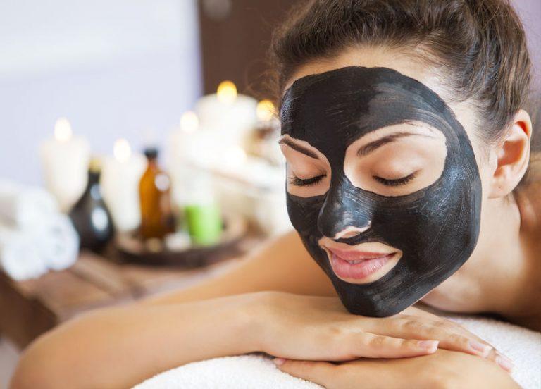 Donna con black mask sul viso