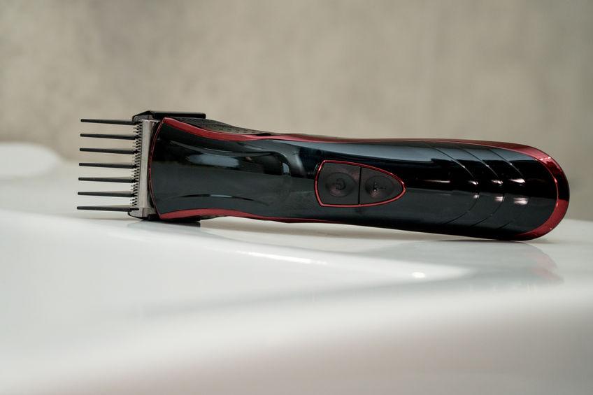 Un tagliacapelli nero e rosso