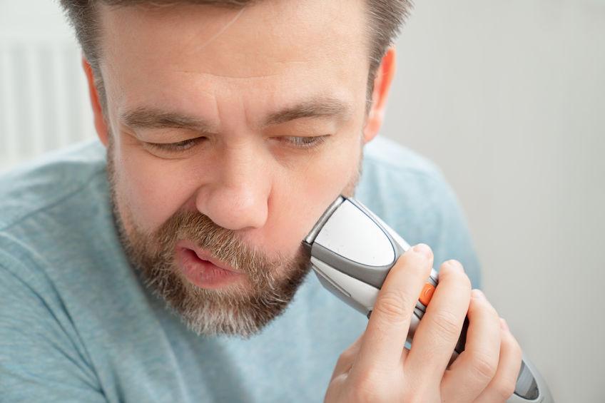 Uomo che si fa la barba
