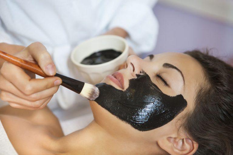 Applicazione di una black mask dall'estetista
