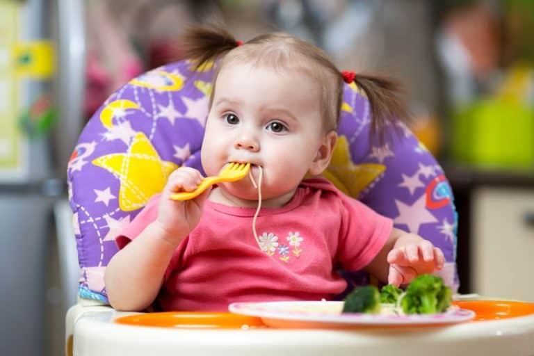 Bebé con tenedor