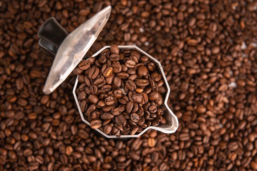 cafetera italiana con café