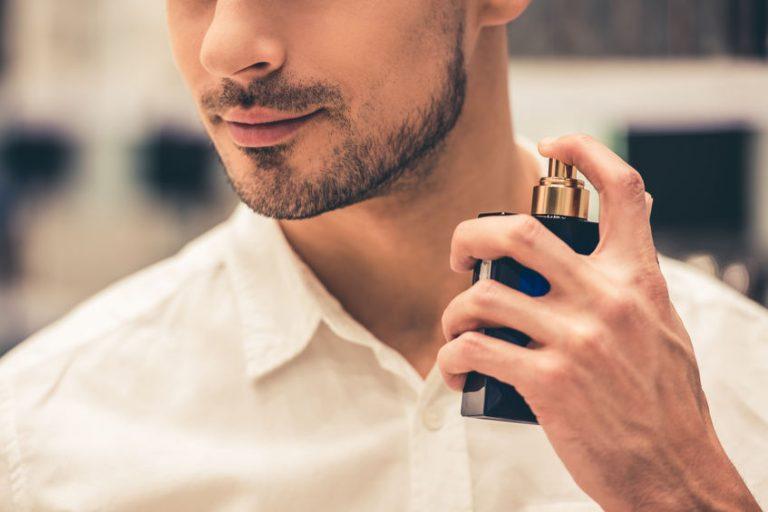Imagem de um homem passando perfume.