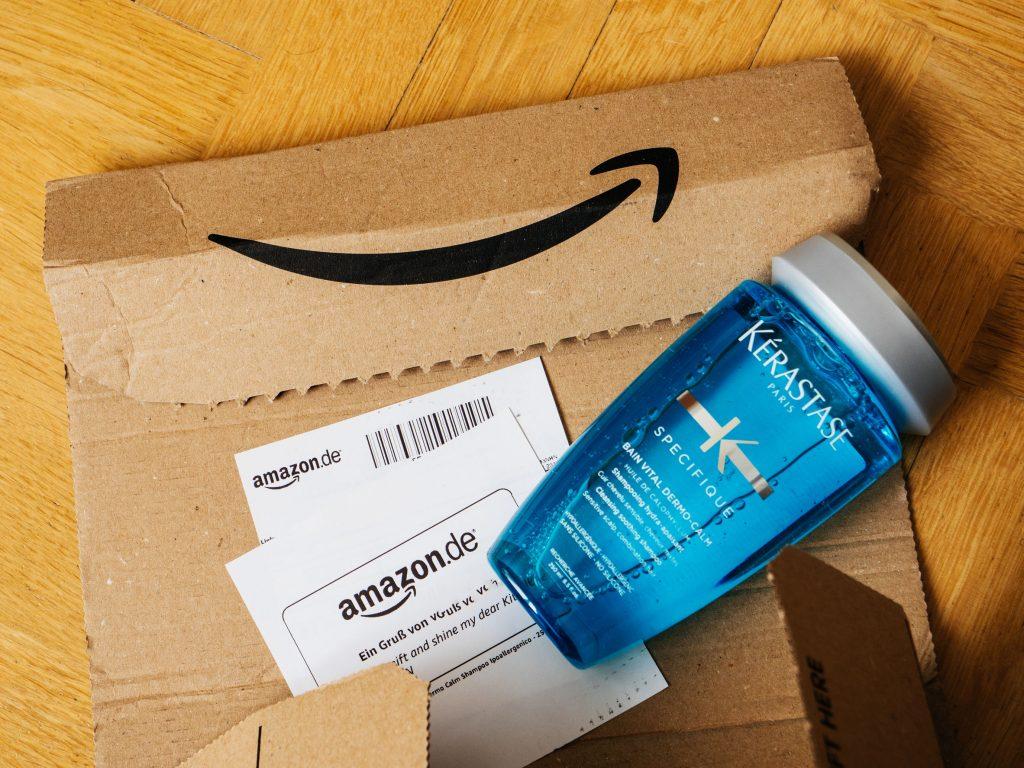 Caixa da Amazon com produto Kérastase sobre ela.