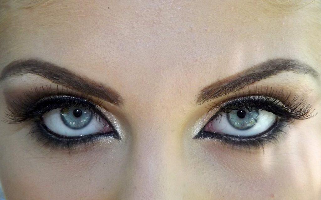 Imagem de uma mulher usando cílios postiços.