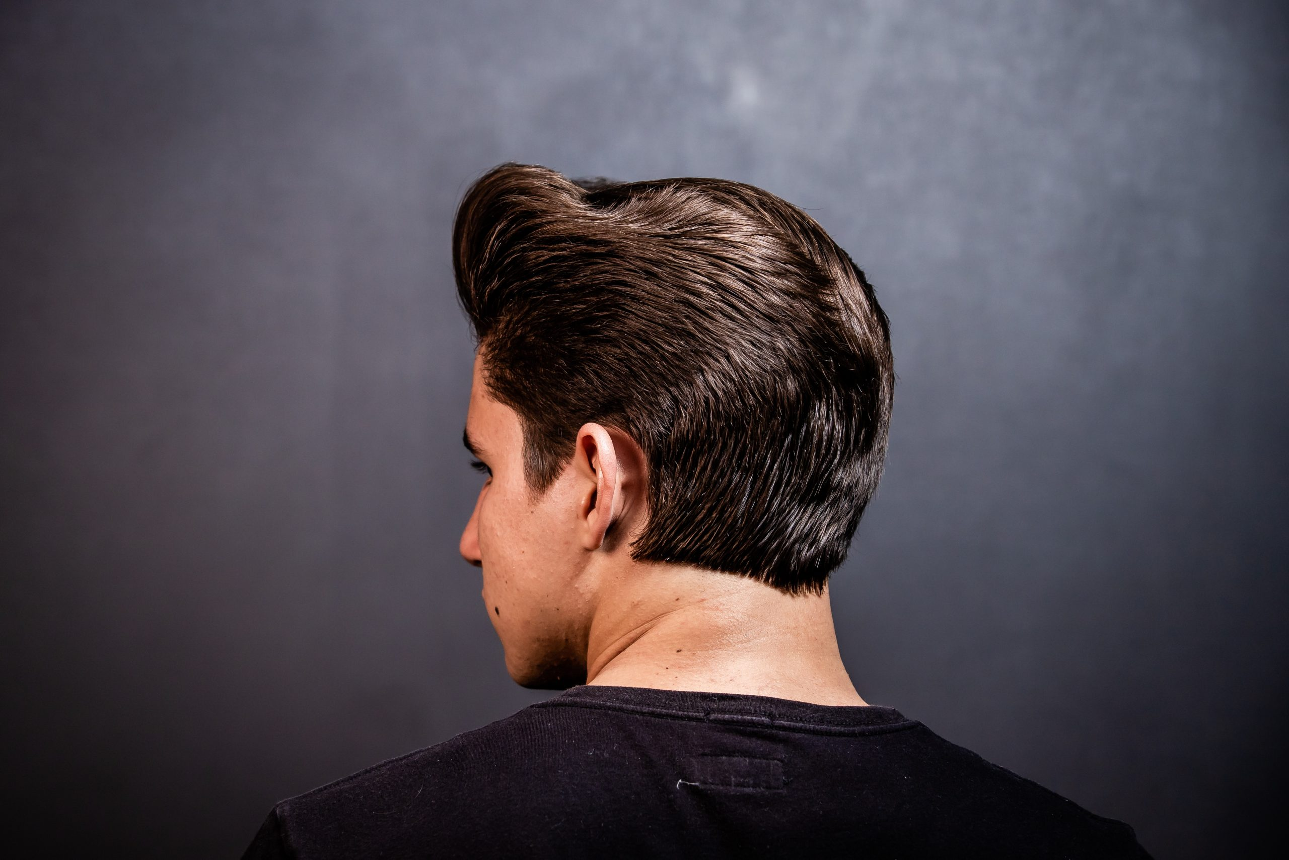Imagem de um homem com o cabelo bem cortado.