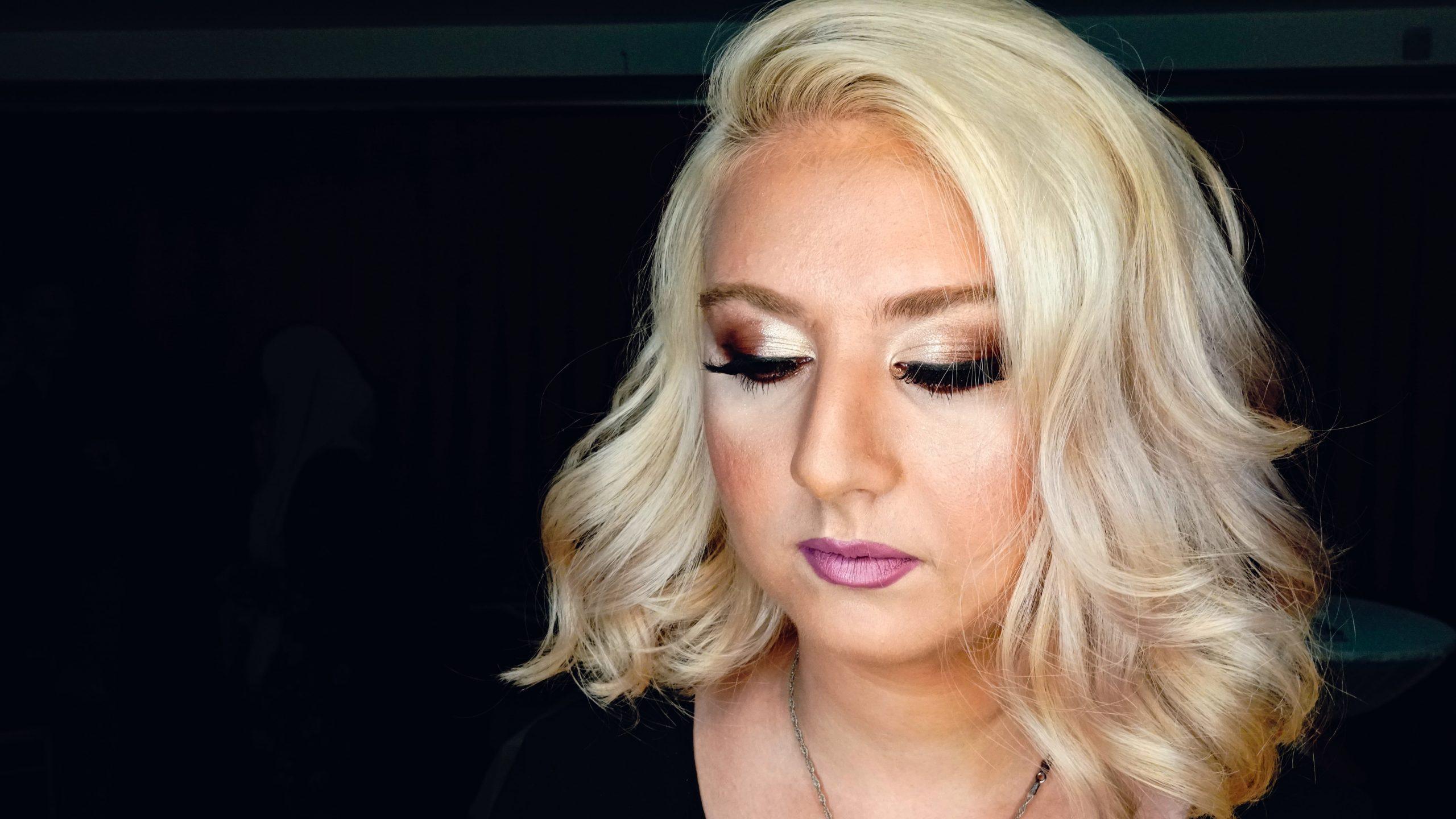 Mulher maquiada e de cabelo feito
