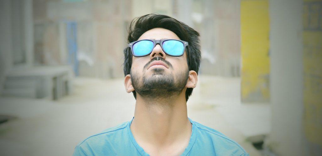 Homem usando óculos de sol polarizado espelhado