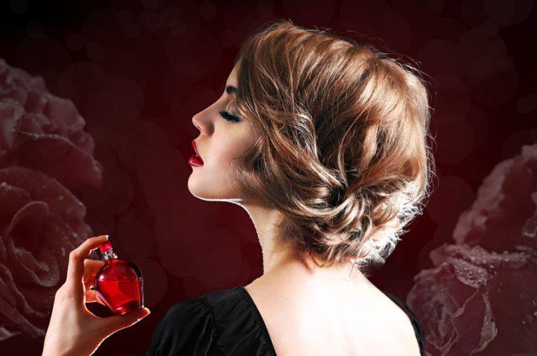 mulher de costas passando perfume