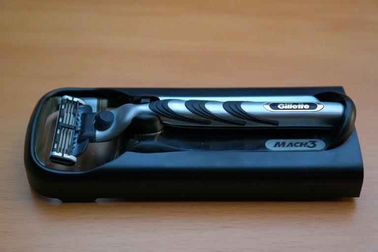 Imagem de aparelho barbeador Mach3 da Gillette em suporte de plástico