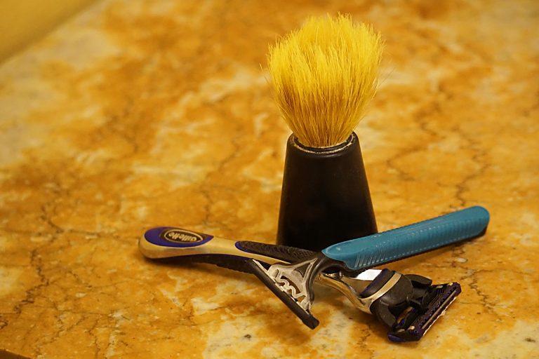 Imagem de kit com dois aparelhos de barbear da Gillette e um pincel