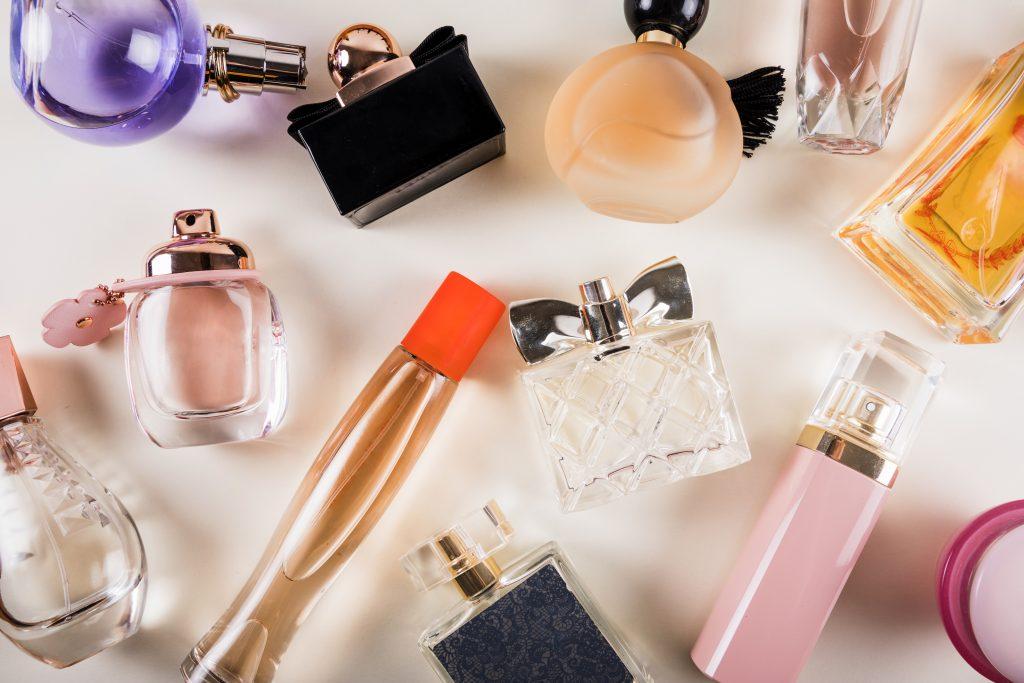 Imagem de vários frascos de perfumes.