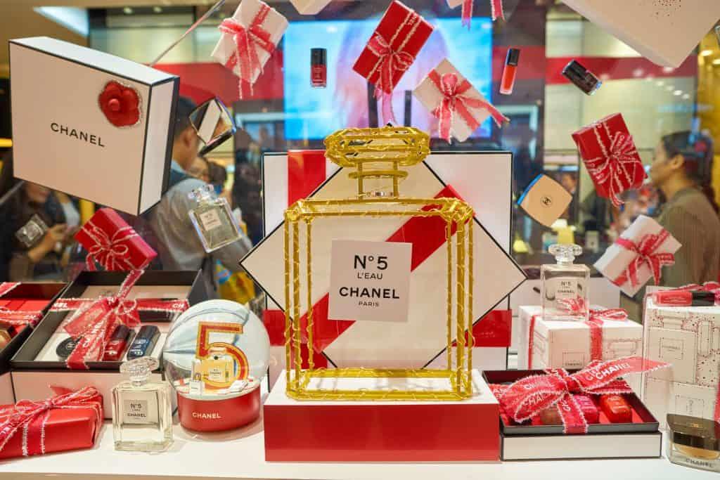 Vitrine de loja com diversos produtos Chanel.