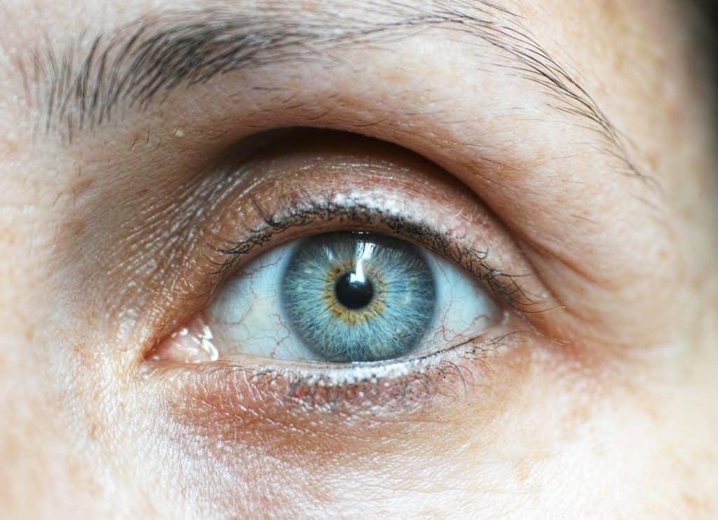 Foto de o olho azul de uma pessoa idosa, com olheiras.