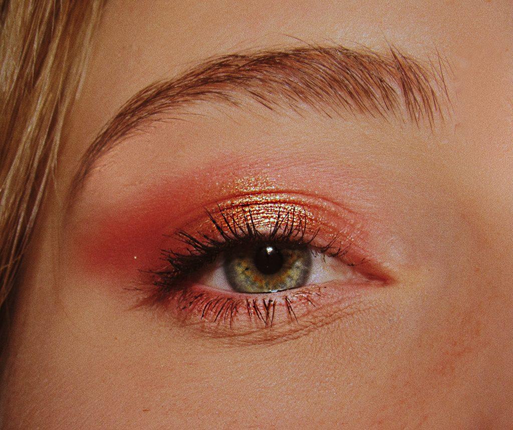 Foto mostra o olho direito de uma mulher devidamente maquiado com sombra e rímel.