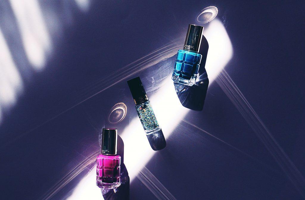 Imagem de três frascos pequenos e retangulares, cada um com o líquido interno de uma cor.