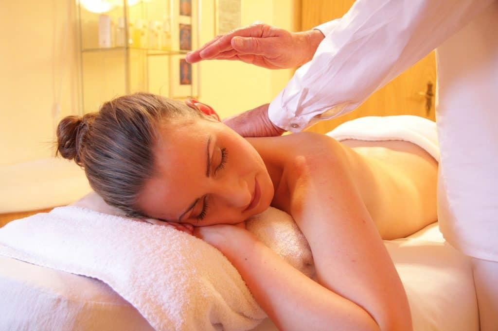 Imagem de uma mulher sendo massageada.