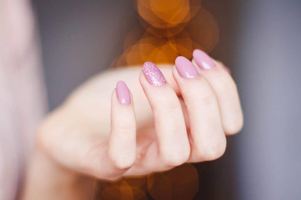 Iimagem das unhas de uma mulher.