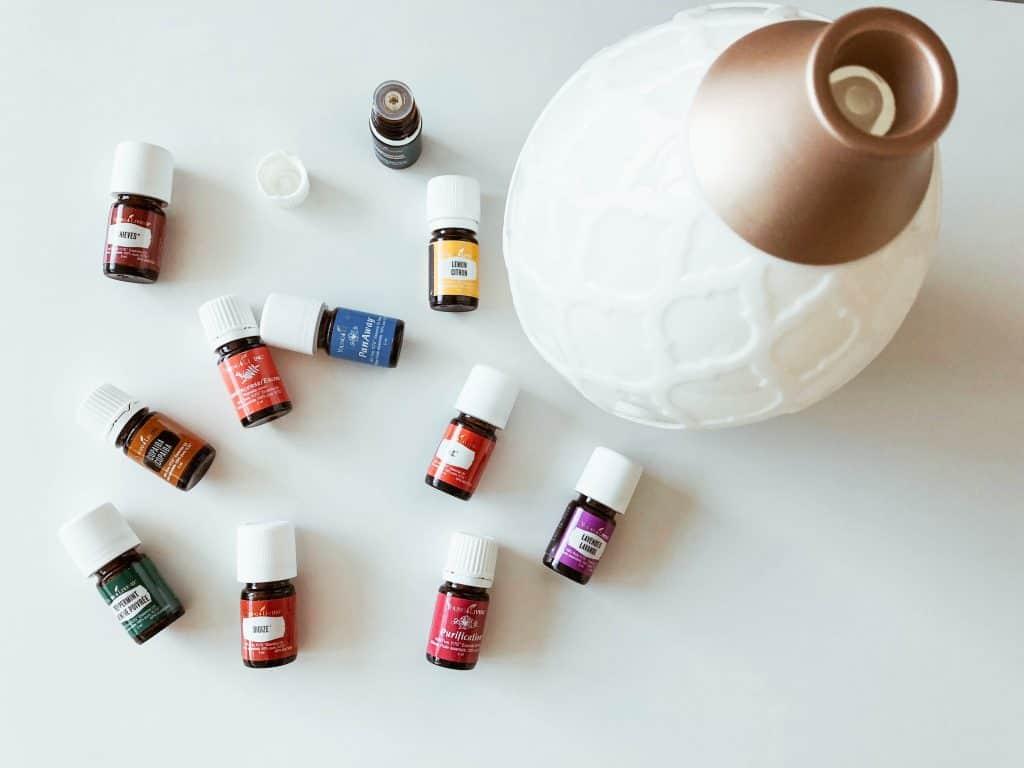 Imagem de vários frascos de óleos essenciais.